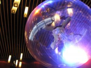 天井からボールに入った人が・・・。